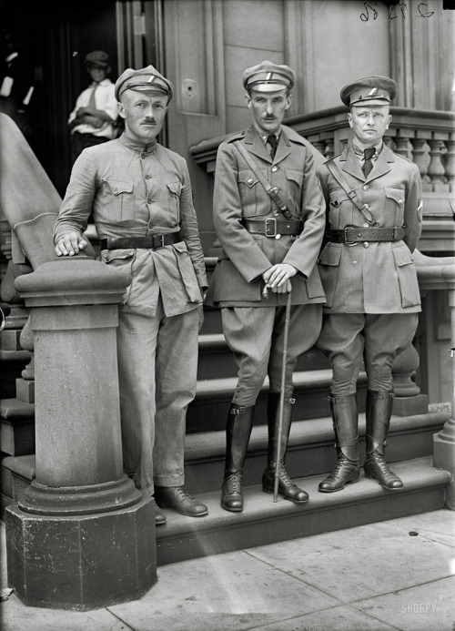 lostsplendor:  Unknown Soldiers, Washington DC c. 1918 (via Shorpy Historical Photo Archive)  Those are some stern looking fellows!