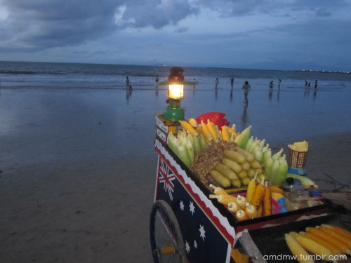 The cart selling roasted corn along the Djimbaran Beach.