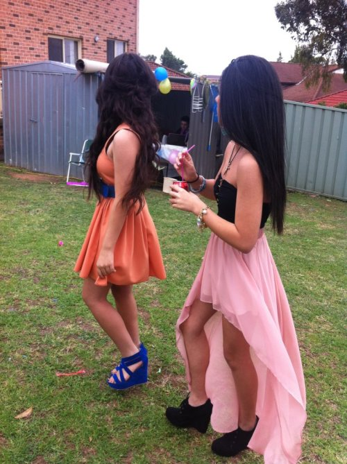 avi0o0olaa:  that high-low skirt is beautiful   Their outfits >
