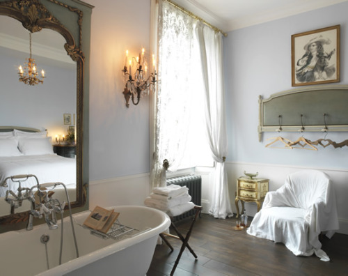 sweethomestyle:  Jura Lodge (via We Heart)  Loving that mirror next to the old-school bathtub! If I can't have a mirror at the end of my bathtub, maybe I can have one next to it. :D