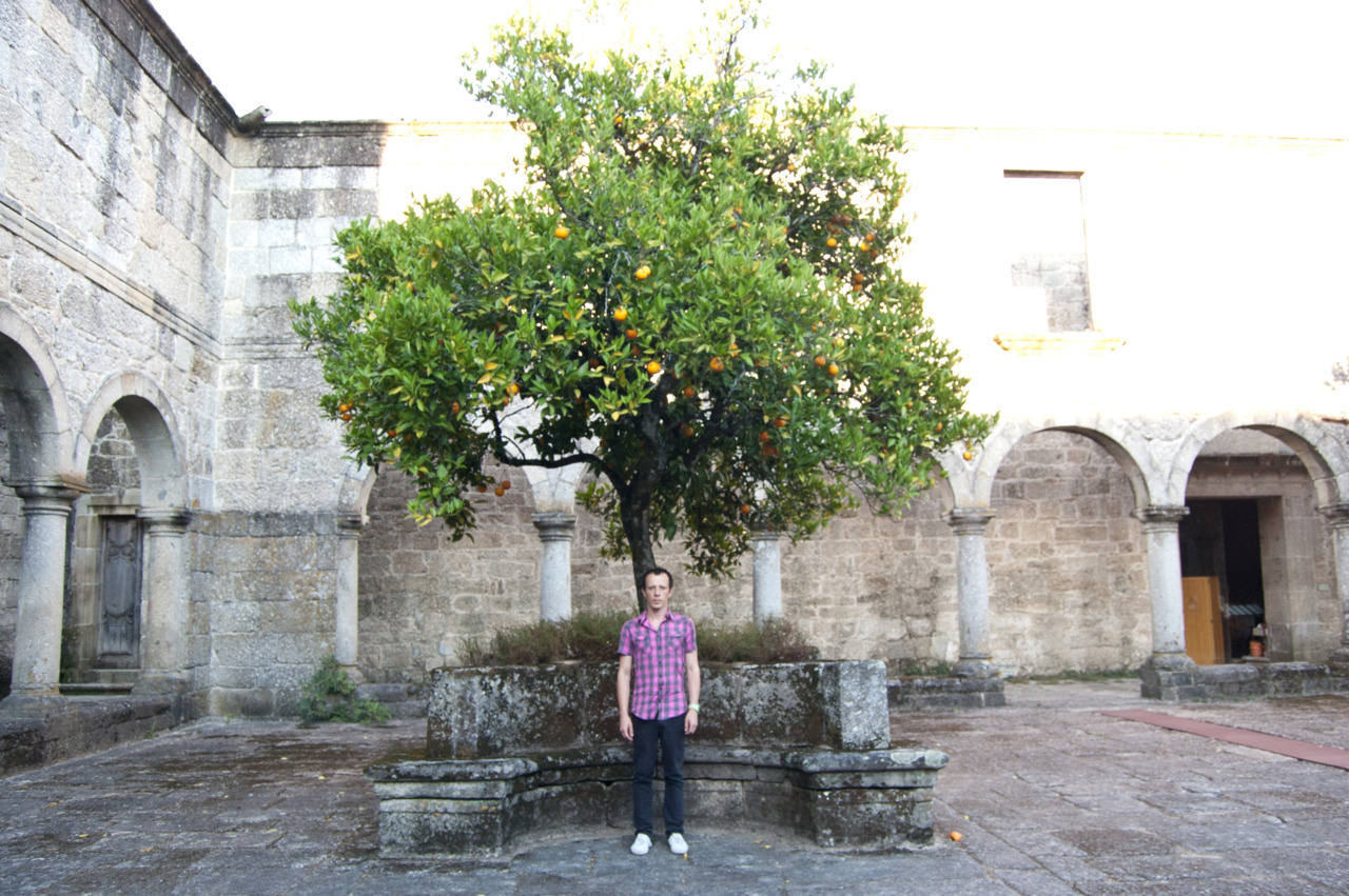 Chef Ró in Amares with oranges.
