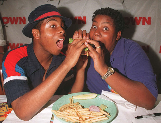 Kenan and Kel eating a burger