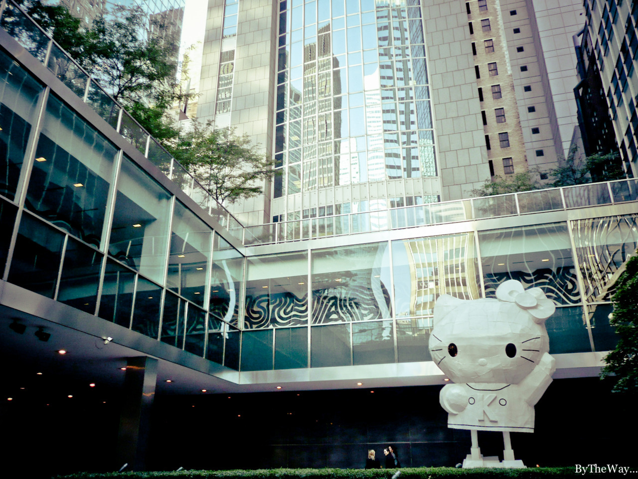 Giant Hello Kitty statue by Tom Sachs, outside the Lever House Art Collection, btw 53th & Park avenue - Manhattan, New York City