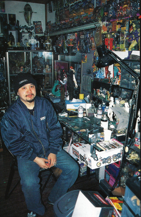Sculptor/artist/all around cool dude Yasushi Nirasawa on his throne of awesome.  From Figure King: Special Mechanical Story (thanks cpopstarandylau and captainprimrose), 1998.