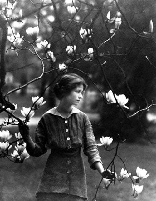 theshipthatflew:  hollyhocksandtulips: Edna St. Vincent Millay at Vassar College, 1914. Photo by Arnold Genthe
