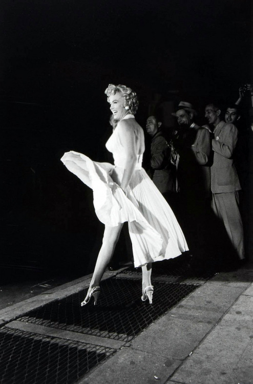 theniftyfifties:  Marilyn Monroe on the set of 'The Seven Year Itch', 1955. Photo by Elliot Erwitt.  Pretty smile!!!!