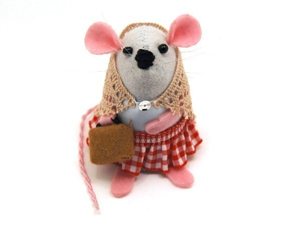 TheHouseOfMouse | Travelling Mouse Ornament suitcase felt mice rat hamster gift animal lover collector - Emma the Travelling Mouse - READY TO SHIP This little mouse is too cute! And is wearing a SHAWL!! heehee
