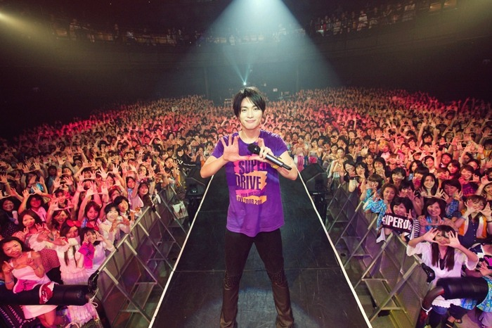 "Matsushita Yuya doing the ""U"" sign with fans in one of his SUPER DRIVE Live tours. It makes me wonder, when will he star in a commercial (CM) for a famous brand or product, with his increasing fan base?  「(゚ペ) エットォ… (image @ google.com)"