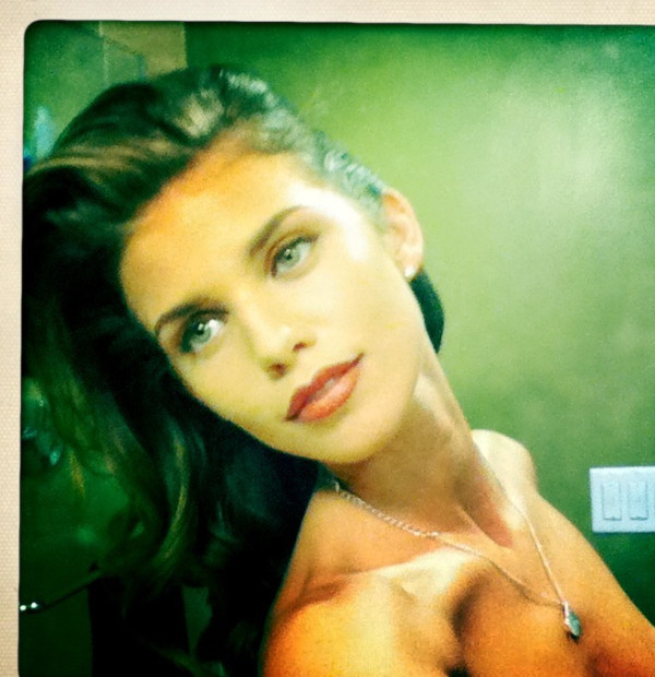 nparts:  AnnaLynne McCord tweets topless photo to fan McCord, who Tweets under @IAMannalynnemcc, isn't wearing much more than a  pout in an image she recently posted to the site (and subsequently  removed), and messages on the actress' feed suggested that the picture  was sent to a seemingly random fan, a Colorado girl Tweeting under  @Meganraee.