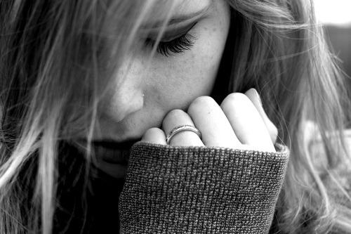 E dentro de mim ainda existe muita coisa que você deixou. Não sei como superar isso de vez sozinha. É como se eu precisasse de você pra finalizar de vez essa história. Eu sinto que vivo com metade de mim perdida por aí. Não consigo me estabilizar em nada, pois eu sei que nunca entro inteira em algo novo. Não consigo amar de novo, não consigo ser mais a mesma. Eu mudei, e acho que isso muita gente já sabe […] As coisas agora parecem ter um significado totalmente diferente. Ao meu olhar, tudo mudou. O que era bom antes, hoje já nem tem tanta graça assim. Eu sei lá, não foi da noite pro dia. Mas isso me pegou de surpresa, confesso. É difícil seguir por aí ao meio. Meio bem, meio mal e assim por diante… E eu me arrependo totalmente por ter me entregado a você. Tão ingênua… Mal sabia eu que isso teria tantas consequências.―(suicideproblem☠)