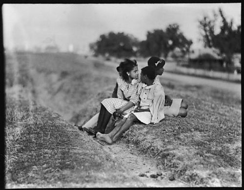 Walker Evans, Children on Levee, vicinity of New Orleans, Louisiana, 1935