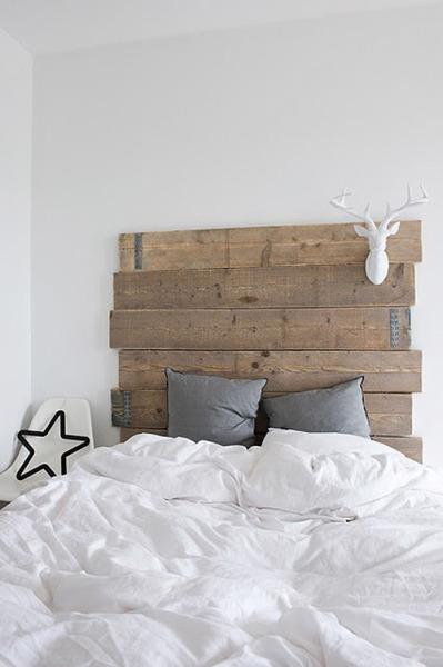Beauuutiful bedroom. Love the antlers.