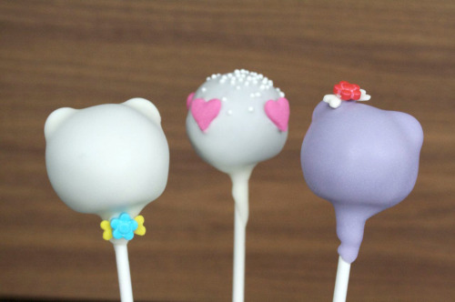 Our signature simple bear cake pops in our lilac coating, so cute for a sweet Valentine's day gift.