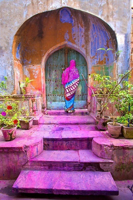 hiscinnamongirl:  She waits… LOVE THIS PICTURE AMAZING !!!   just the color alone is beautiful.