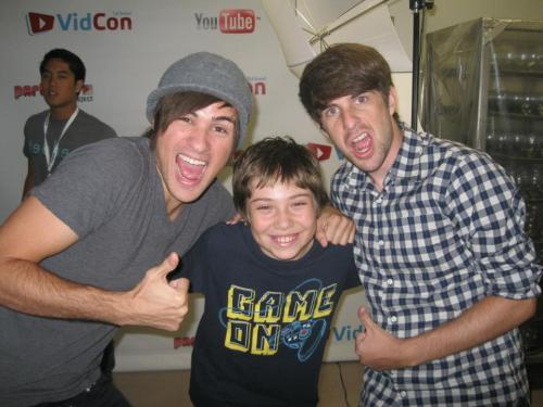 smoshyygoodness:  padillahecoxlove:  allysonpadillasandler:  i love all three of them <33333 but i wish i was William :|   OMG RYAN IN THE BACK!  Photobomb! :NigaHiga style.