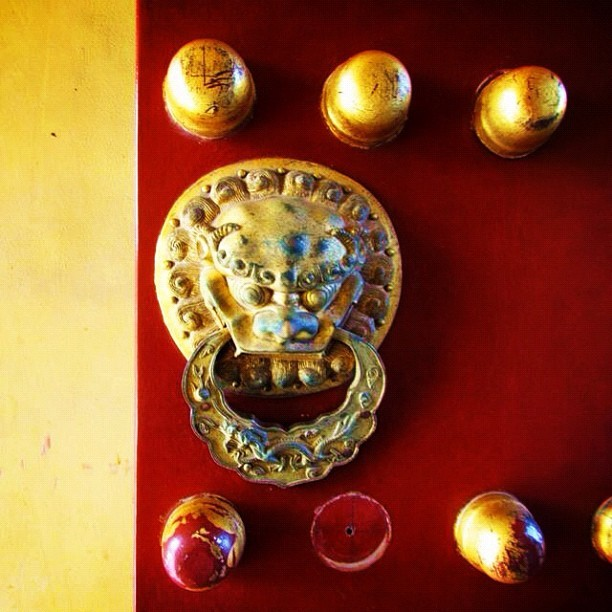 Forbidden city #door #china #beijing #travel #fotodeldia #instagood #photooftheday #iphonesia #igerextremadura #ig #forbiddencity (Taken with instagram)