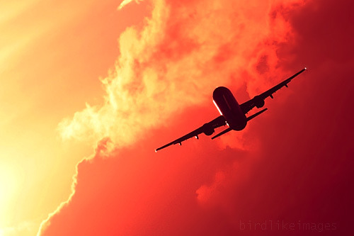 l-aeroport:  Commercial airplane in flight by Greg Bajor on Flickr.