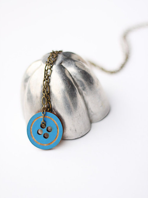 (via mod button layering necklace by uncommon on Etsy)