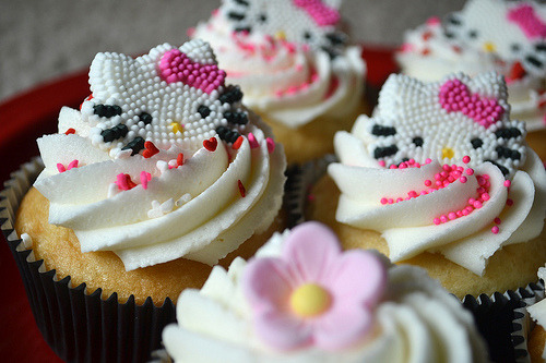 Hello Kitty Cupcakes 1 (by aimerlee)