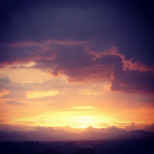 Sunday sunset at Bogotá. #sunset #Bogotá #Colombia #beauty #sky #clouds #city (Taken with instagram)