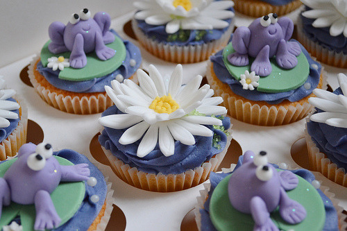 cupcakes-alovestory:  (via Purple Frogs on Lilypads Cupcakes « The Cupcake Blog)