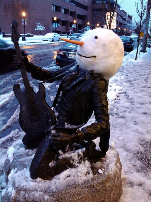 archiemcphee:  Is there a better way to celebrate snow in Seattle than replacing the head on Jimi Hendrix statue outside Dick Blick Art Materials? Well, until someone builds a life-size snow Space Needle this wins. The geniuses behind it are Brittany Doyle and Stuart Haury. We salute you! [pic via sunbakerey]