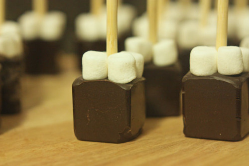 thedailywhat:  How To of the Day: Ready-to-mix portable hot-chocolate sticks, complete with mini-marshmallows. Just dip in hot milk and stir! Easy-to-follow instructions ahoy. [dudecraft.]