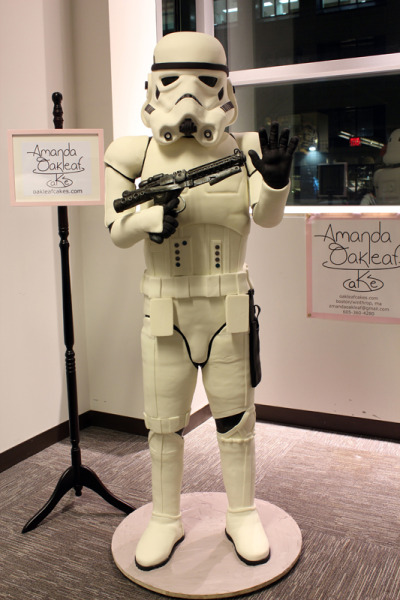 iheartchaos:  Geeky cakecraft of the day: Life size Stormtrooper cake Made by Amanda Oakleaf of Oakleaf cakes.  See more pictures here