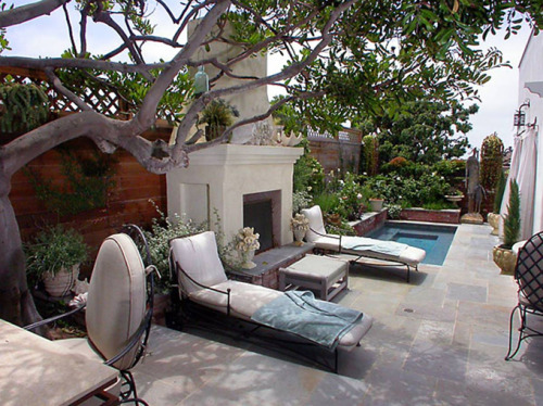 georgianadesign:  Best of a small yard in La Jolla, CA. Via House of Turquoise.