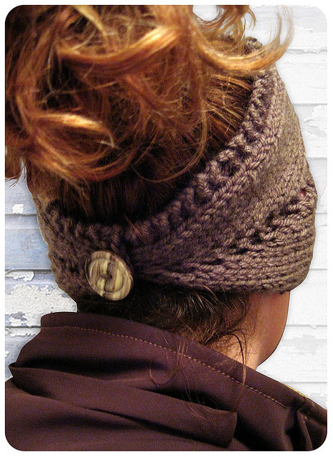 auxtroiscrayonsknits:  cute headband/ear warmer that can be pulled down to be a neck warmer