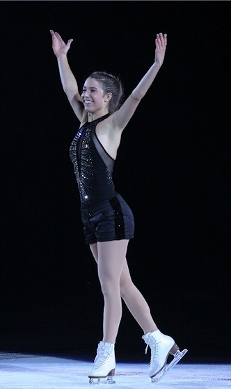 Alissa Czisny skating to I Like the Way by Bodyrockers on the 2010 Stars on Ice tour. This costume is very cool.