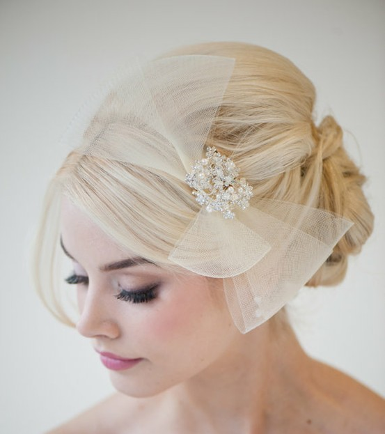 This has to be one of my favorite bridal head pieces.  It's different, inspired by the 40s, and affordable.  Powder Blue Bijoux has stunning headpieces, veils and accessories.  Check it out!