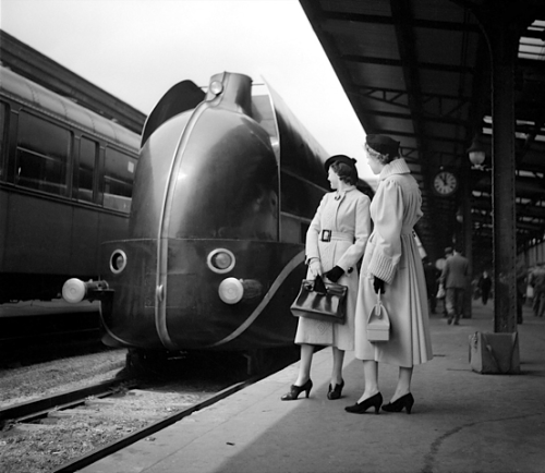 kateoplis:   Locomotive aérodynamique à la gare de Lyon, Paris, 1937    Longing to travel again.
