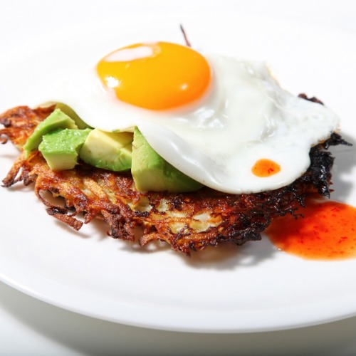 dietcokeandasmoke:  home made hash, avocado, fried egg and sweet chilli sauce. YES! X