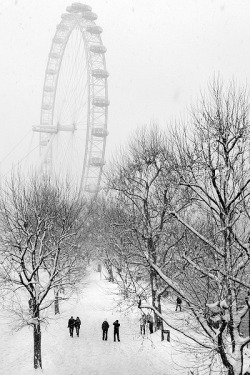 sav3mys0ul:  Snowy London by ~Mohain