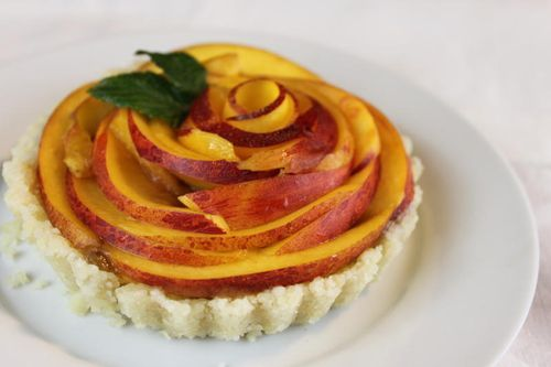 This raw peach pie looks so good – can't wait for peach season! (via We Like It Raw - Raw Food Goodness: Mimi Kirk's Peach Pie)