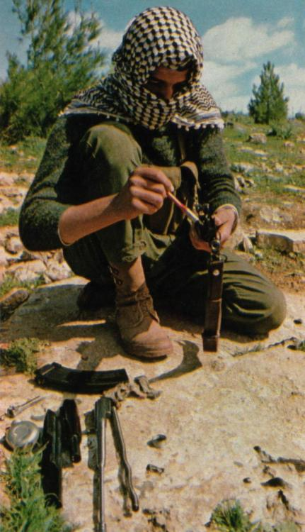 fuldagap:  PFLP guerrilla disassembles and cleans his rifle.