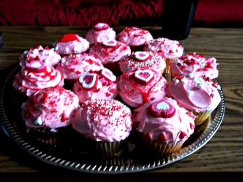 made these Valentine-themed cupcakes today. I couldn't resist!!