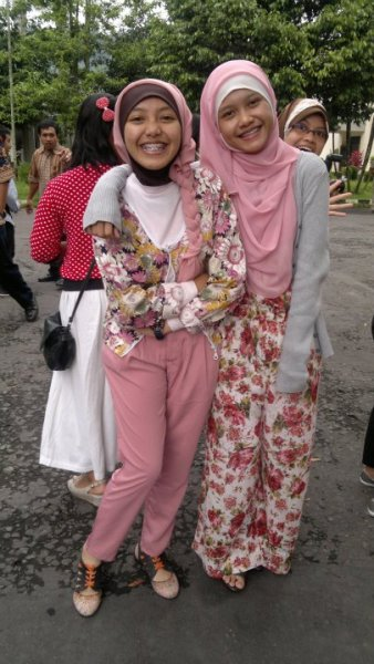 me and my best friend :) talent: @sarrahnesia @amdsafira —- Don't forget to check out Hijab Photo Competition (HPC) II!