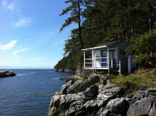 cabinporn:  Island cottage north of Vancouver, British Columbia. Submitted by Kim Hadley.