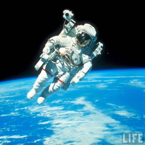 fyeahuniverse:  image by Life  On Feburary the 7th, 1984, Bruce McCandless undertook the first untethered space walk during the Challenger IV space shuttle mission.