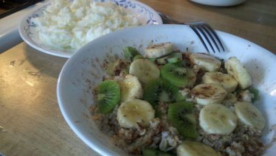 Breakfast of the day! Oatmeal Banana Kiwi Cinnamon + Truvia for awesomeness Egg whites on the other plate ©robJAR