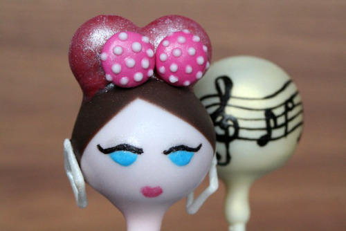 Kreayshawn/Gucci Gucci homage cake pop set. Detail.