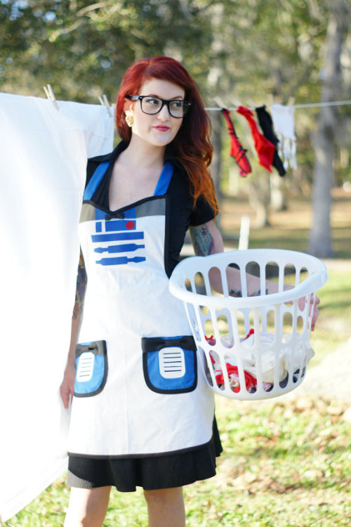 This R2-D2 apron by HauteMess Threads is girly, geeky, and just plain awesome. via Technabob