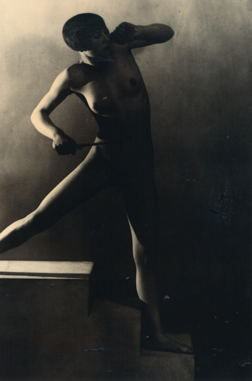 regardintemporel:  Frantisek Drtikol - Standing female nude, ca. 1927