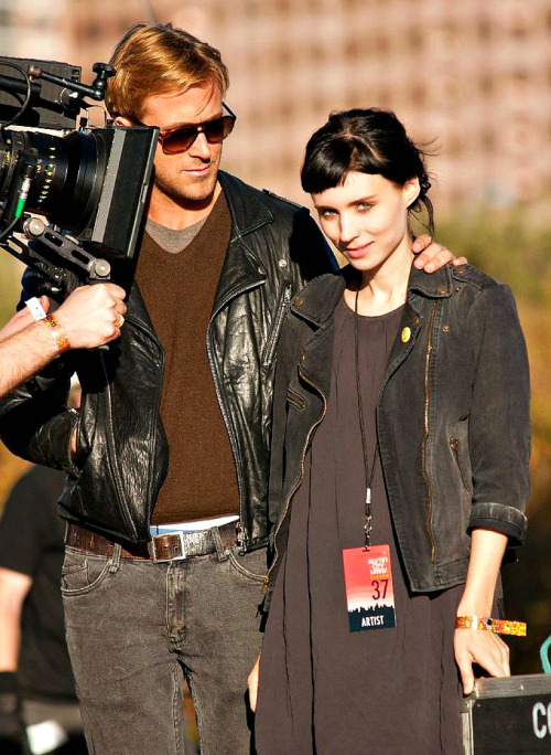 embracingmydarkside:  Ryan Gosling & Rooney Mara  Really just reblogging this because I want her jacket.