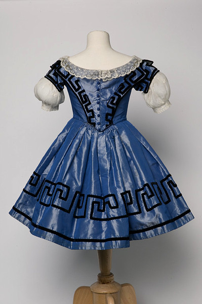 Girl's dress, ca 1855 England, the V&A Museum
