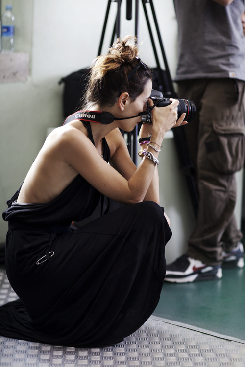 I could prepare myself for this… Fotografia: The Sartorialist  Excerto da entrevista 'from Sartorialist': SARTORIALIST: Is this how you typically dress for travel? CAMILLA ALIBRANDI: I had two black suitcases that day and was feeling nostalgic. I was going back home after two months of traveling around the world taking photographs. I was wearing the black cape because it reminded me of someone I met during my journey, and would not see for a long time. I wrapped gold enamel from the Chanel show a few days before, and twisted colorful silk threads through my braid to symbolize the route of travel, and the thoughts woven in between.