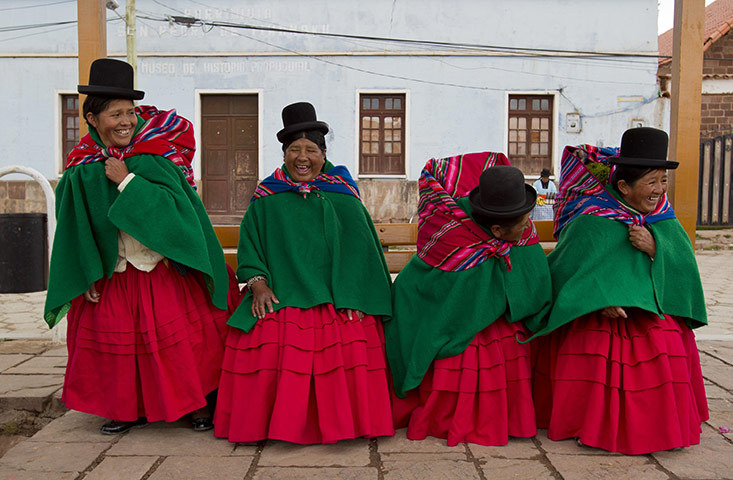 fotojournalismus:  Tiwanaku, Bolivia. Bolivian indigenous women joke during commemorations for the second year of President Evo Morales's government, January 21, 2012.  [Credit : David Mercado/Reuters]