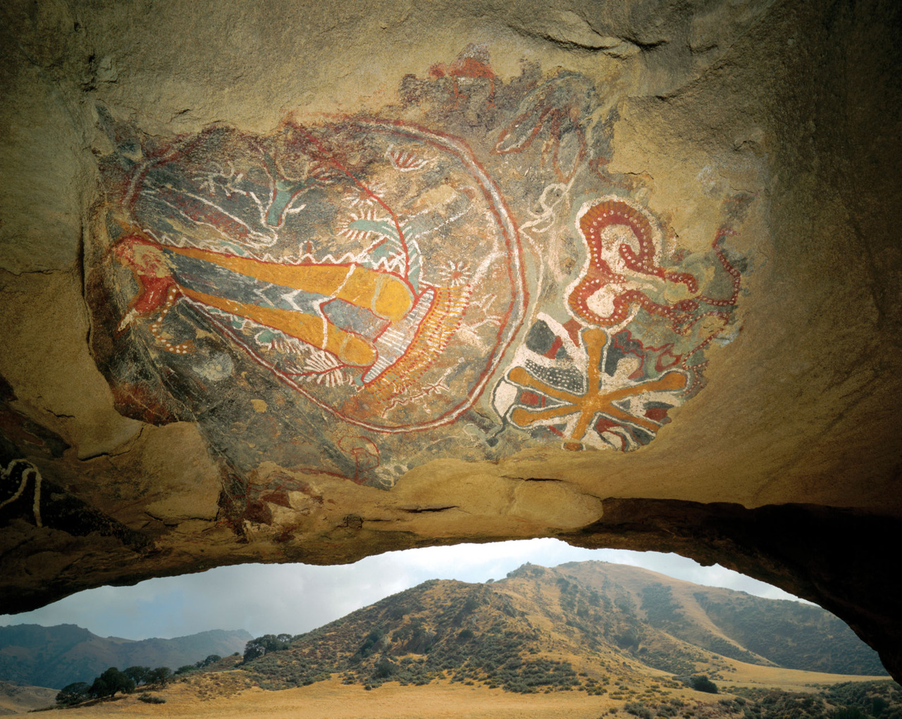 Painted Cave Art of the Chumash Indians Indigenous peoples of Southern California The Chumash lived in the present-day counties of Santa Barbara, Ventura, and San Luis in southern California during the late period of history (ca. 1300 to 1804 CE). biscodeja-vu:  Captured by David Muench, Chumash cave painting.